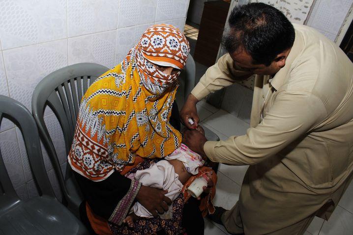 Kleinkind bei der Polioimpfung in einem kleinen Gesundheitszentrum im Süden der Stadt Karachi, Provinz Sindh, Pakistan