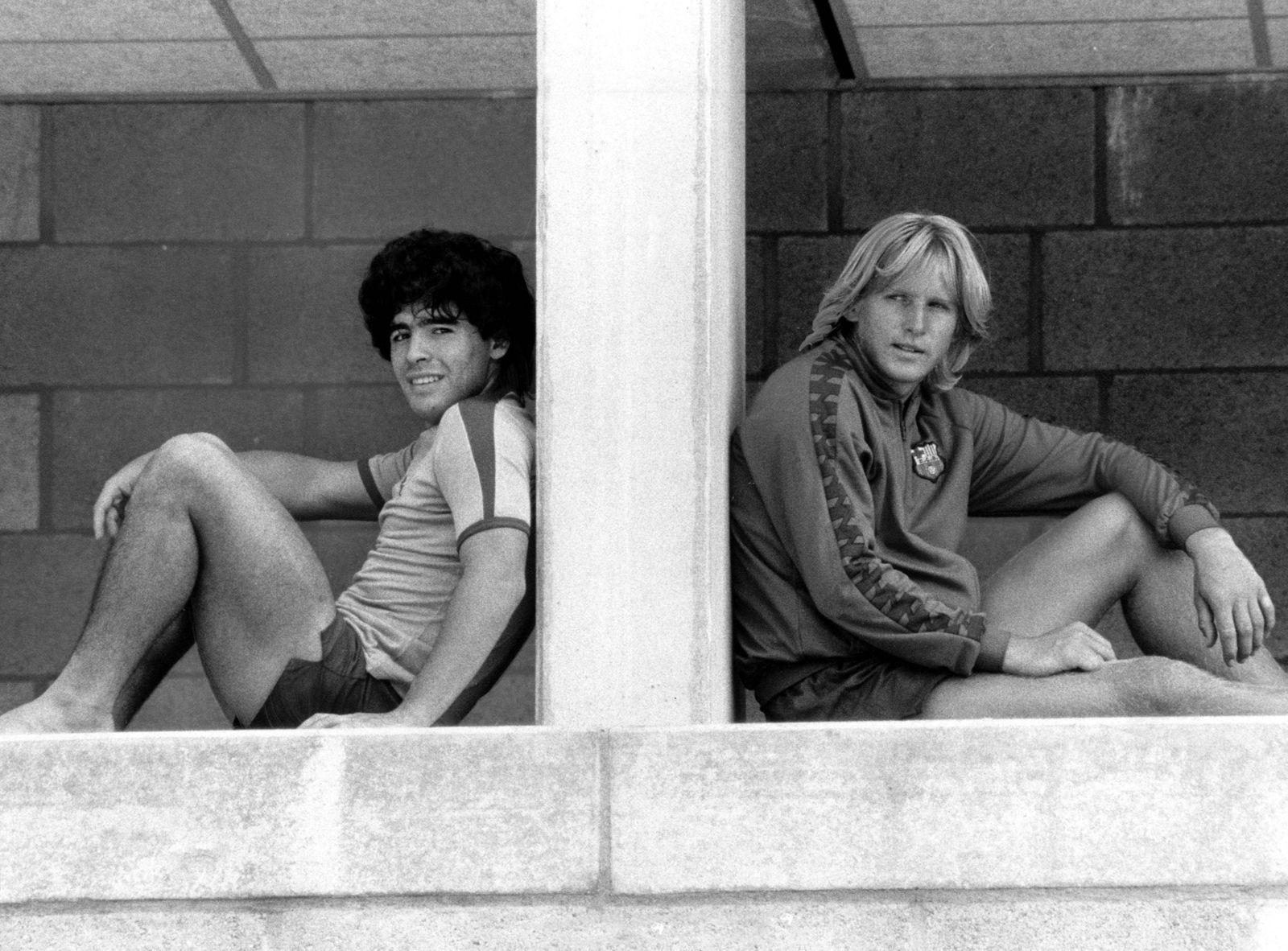Bernd Schuster (re.) und Diego Armando Maradona (beide FC Barcelona)