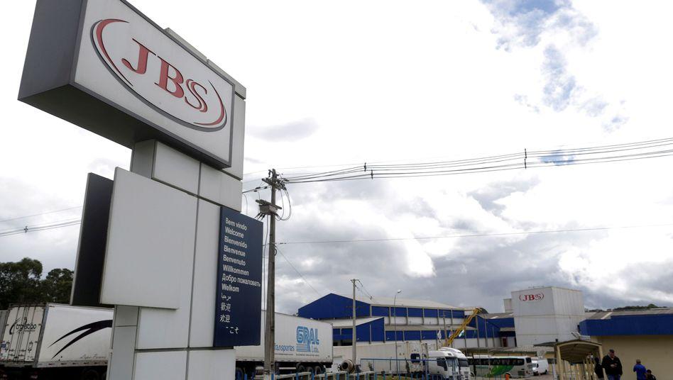 JBS-Logo vor einer Fabrik in Brasilien (Archivbild)
