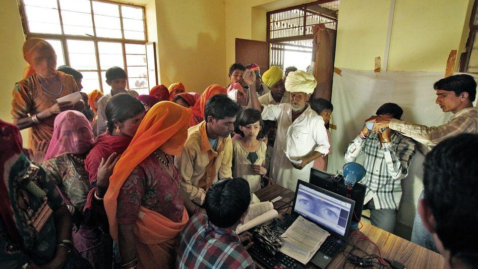 Dorfbewohner bei der Registrierung für eine Datenkarte im Bundesstaat Rajasthan: Verarmte Regionen aus dem Mittelalter in die Moderne katapultieren