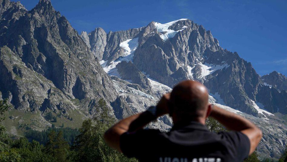 Ein Behördenvertreter beobachtet die Situation am Planpincieux-Gletscher