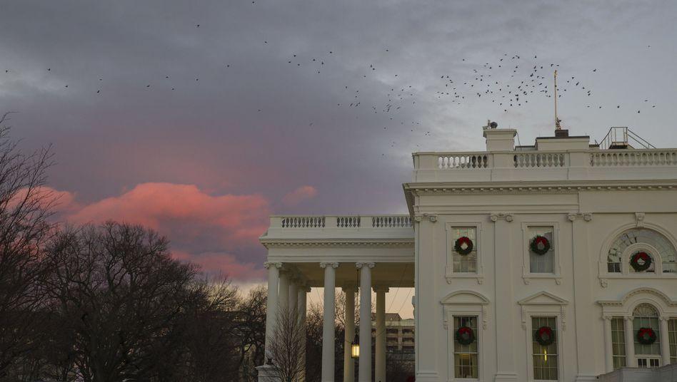 Das Weiße Haus soll Personen beschäftigen, die es offenbar nicht durch die Sicherheitsfreigabe geschafft haben sollen.