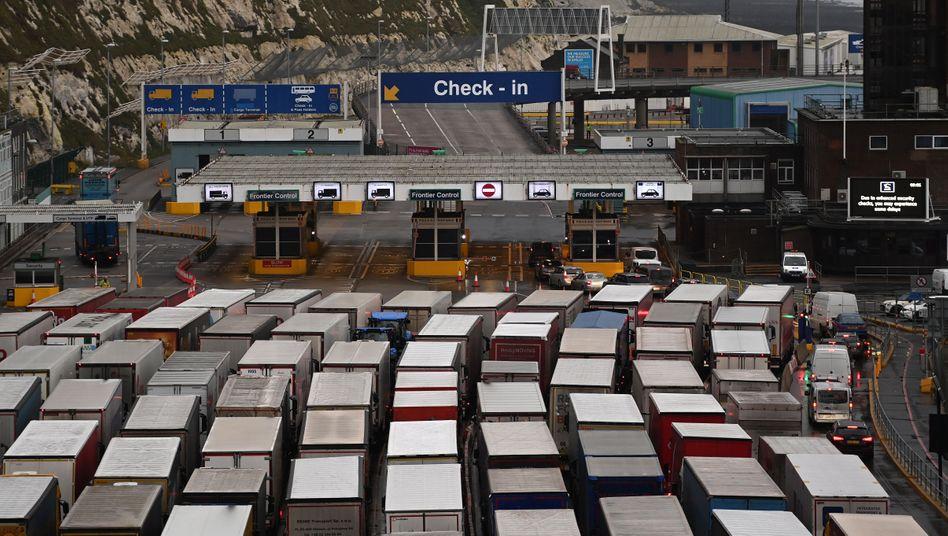 Lkw-Stau in Dover (Symbolbild): Jetzt geht es auch noch um den Proviant der Fahrer