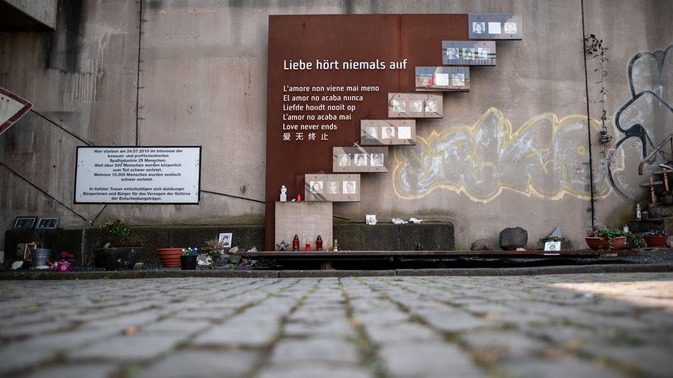 Kreuze mit Namen der Verstorbenen stehen auf einer Treppe an der Loveparade-Gedenkstätte