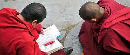 """Tibetische Mönche beim Gebet in Sichuan: """"Alles scheint Vergangenheit zu sein."""""""