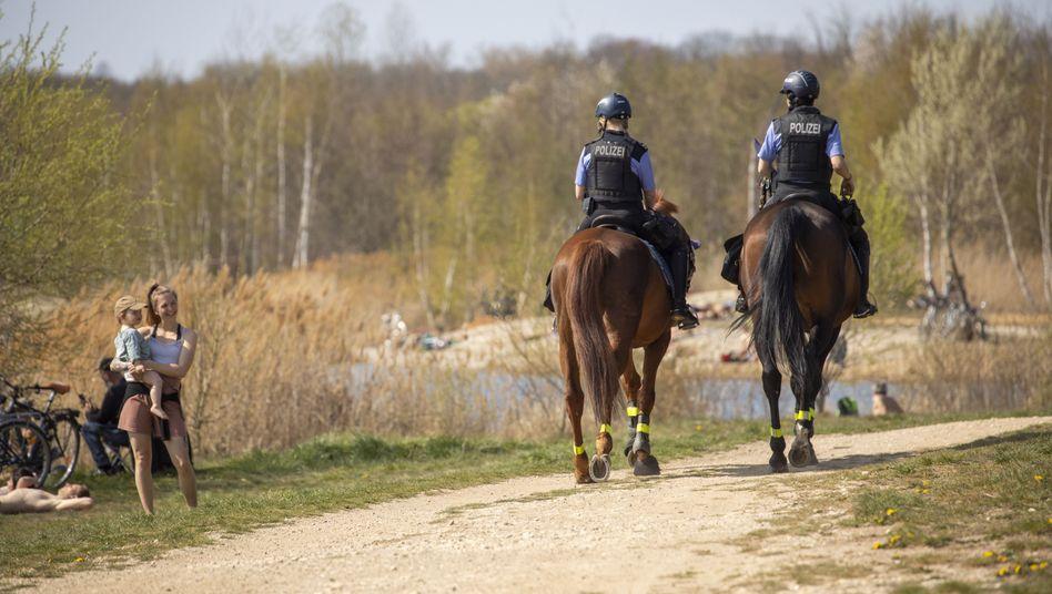 Berittene Polizei am Cospudener See, Ostersonntag 2020