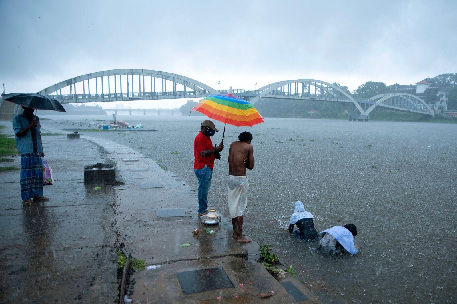 Zyklon zieht an Westküste Indiens entlang