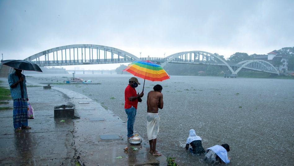 Trauerritual am Fluss Periyar im indischen Kochi