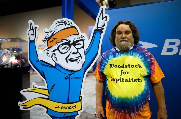 """Aktionär mit dem """"Slogan"""" der Berkshire-Veranstaltung """"Woodstock für Kapitalisten"""""""