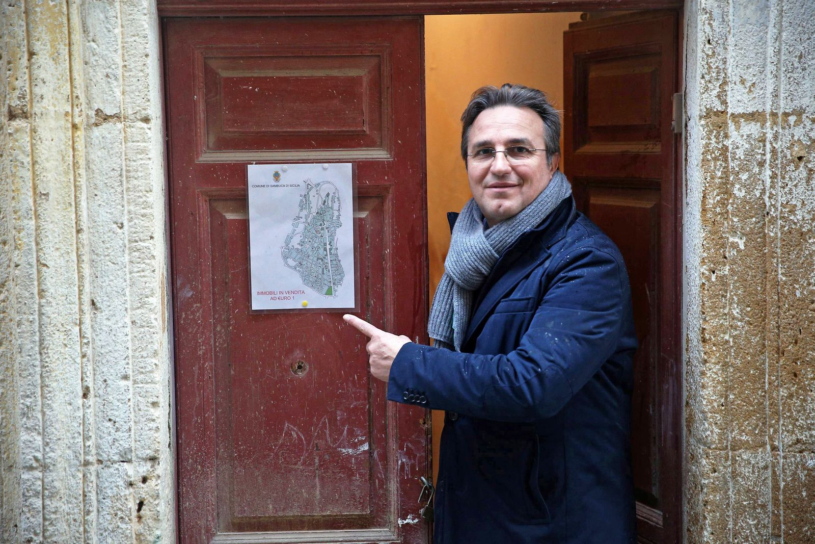 Italy, Sambuca di Sicilia (Sicily): Crowd of buyers - especially foreigners - flocked in Sambuca di Sicilia after mayor Leo Ciaccio has put up empty houses for sale at 1 Euro in the hope of saving the town from depopulation