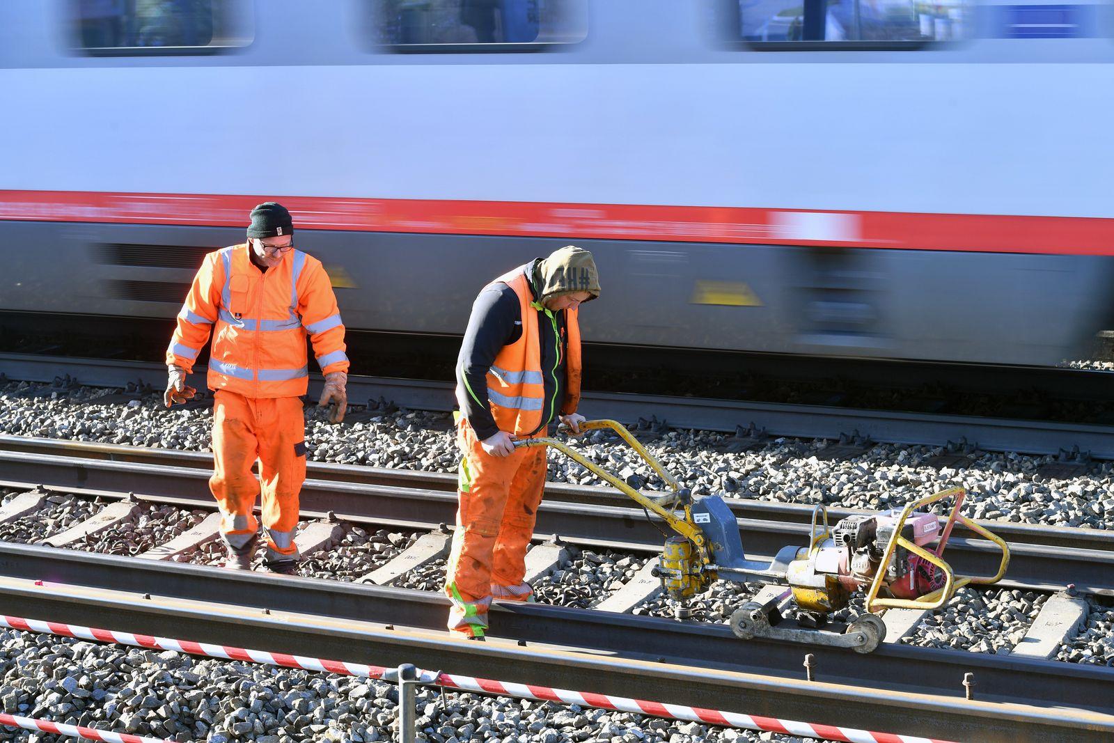 EINMALIGE VERWENDUNG Gleisarbeiter/ Deutsche Bahn