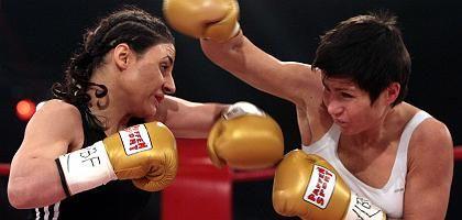 """Weltmeisterin Kentikian (links): """"Das war ein super Kampf"""""""