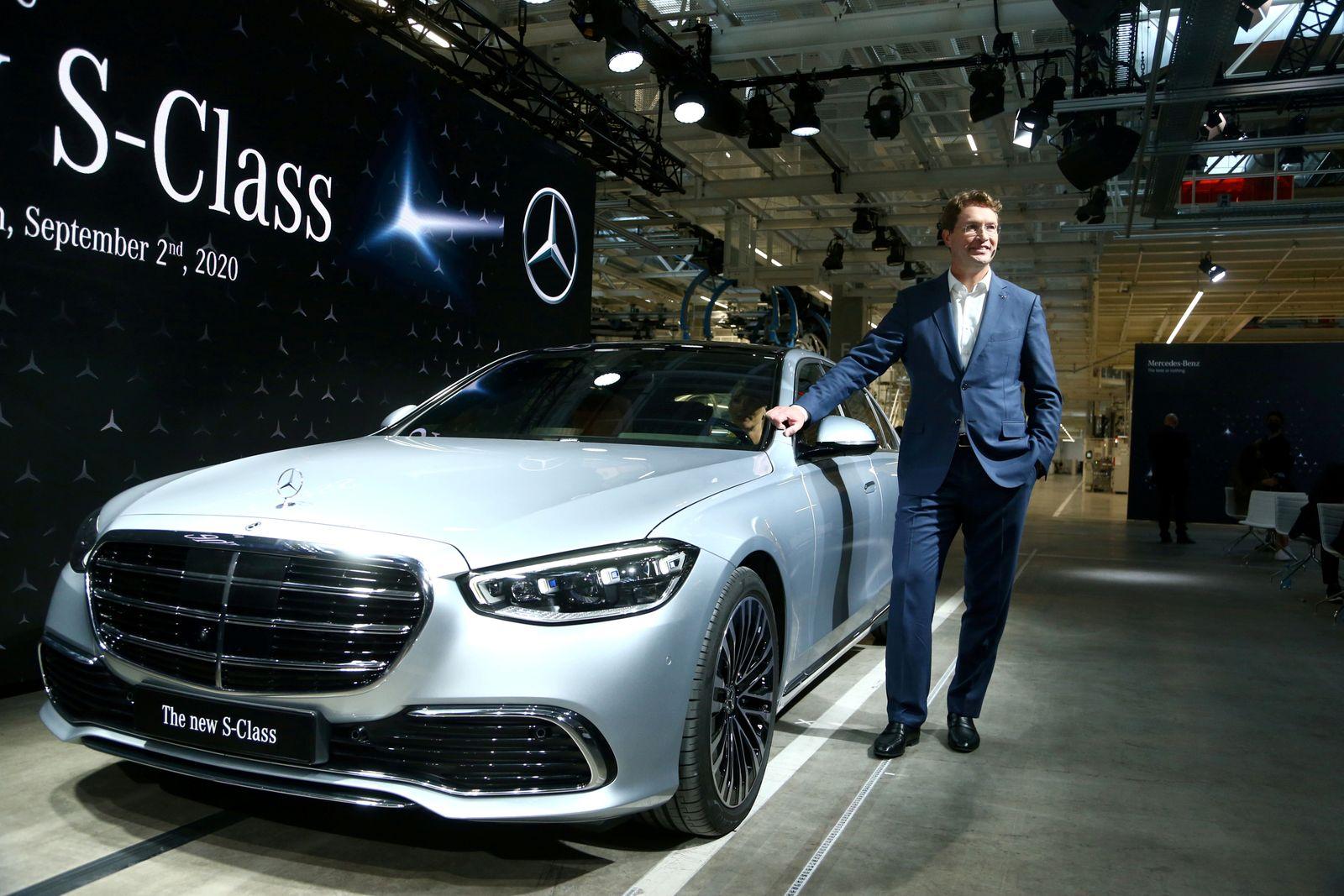 FILE PHOTO: FILE PHOTO: Daimler's Mercedes-Benz presents new S-Class