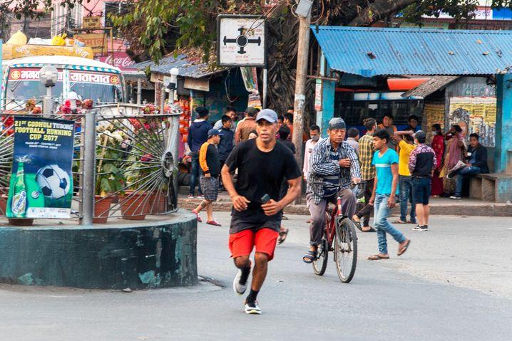 Laufen, damit sich die Sorgen mal leichter anfühlen: Vier- bis fünfmal die Woche streift sich Dahal morgens um fünf Uhr die Schuhe über, läuft 15 Kilometer in rund einer Stunde