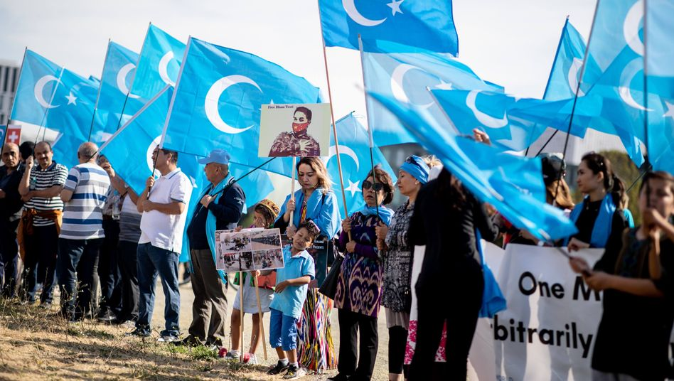 Uiguren bei einer Demonstration vor dem Bundeskanzleramt