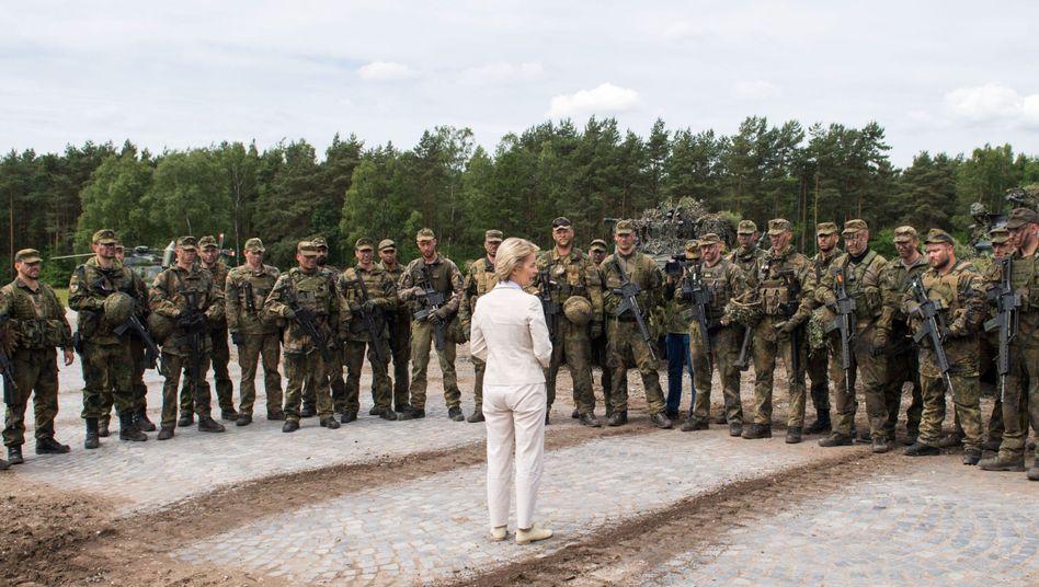 Von der Leyen mit Bundeswehrsoldaten (Archivbild)