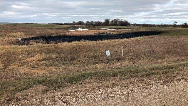 Betroffenes Gebiet in der Nähe von Edinburg, North Dakota: Die Menge an Öl, die im Boden versickert ist, entspricht einer halben Füllung eines olympischen Schwimmbeckens