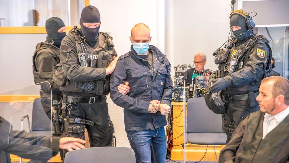 Der Angeklagte Stephan Balliet wird in Magdeburg in den Gerichtssaal geführt