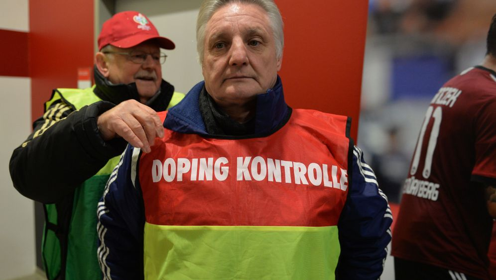 Bundesliga-Dopingkontrolle: Wasser lassen!