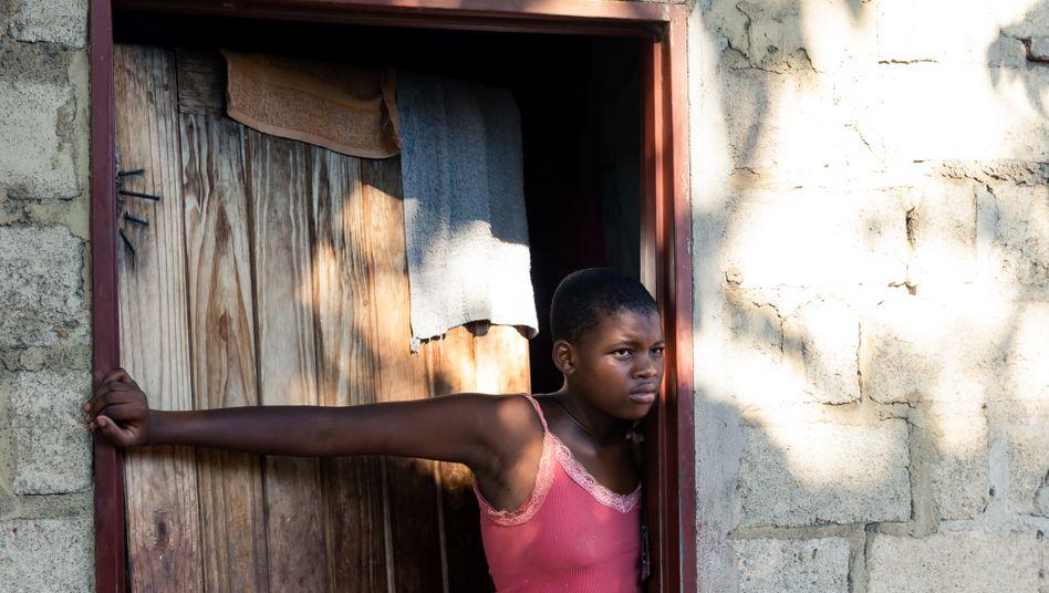 Schülerin Thelma Mapika vor ihrem Elternhaus in Harare am ersten Tag des Lockdowns in Simbabwe. Seitdem kann sie nicht mehr zur Schule. Selbst wenn sie dürfte, wäre ihre Periode ein Hindernis - die Preise für Binden sind extrem gestiegen, und für viele sind sie kaum bezahlbar.