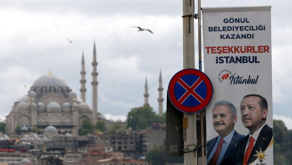 Wahlplakat in Istanbul: Etwa acht Millionen Menschen dürfen bei den Neuwahlen ihre Stimme abgeben