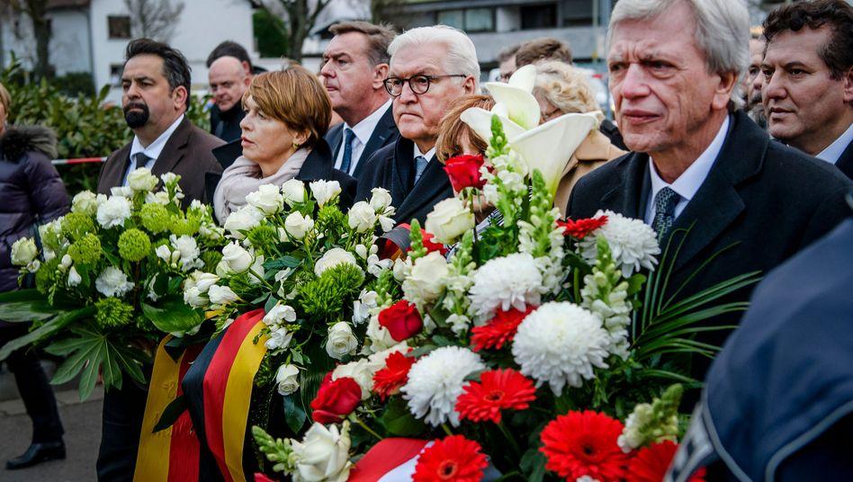 Frank-Walter Steinmeier und Hessens Ministerpräsident Volker Bouffier legen Blumenkränze an den Tatorten im hessischen Hanau nieder