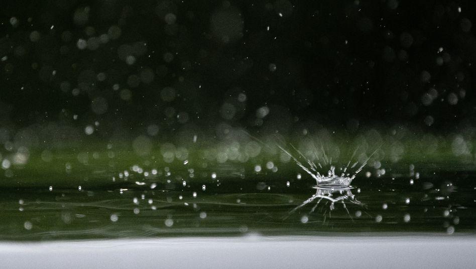 Wassertropfen fallen auf ein Autodach in Stuttgart
