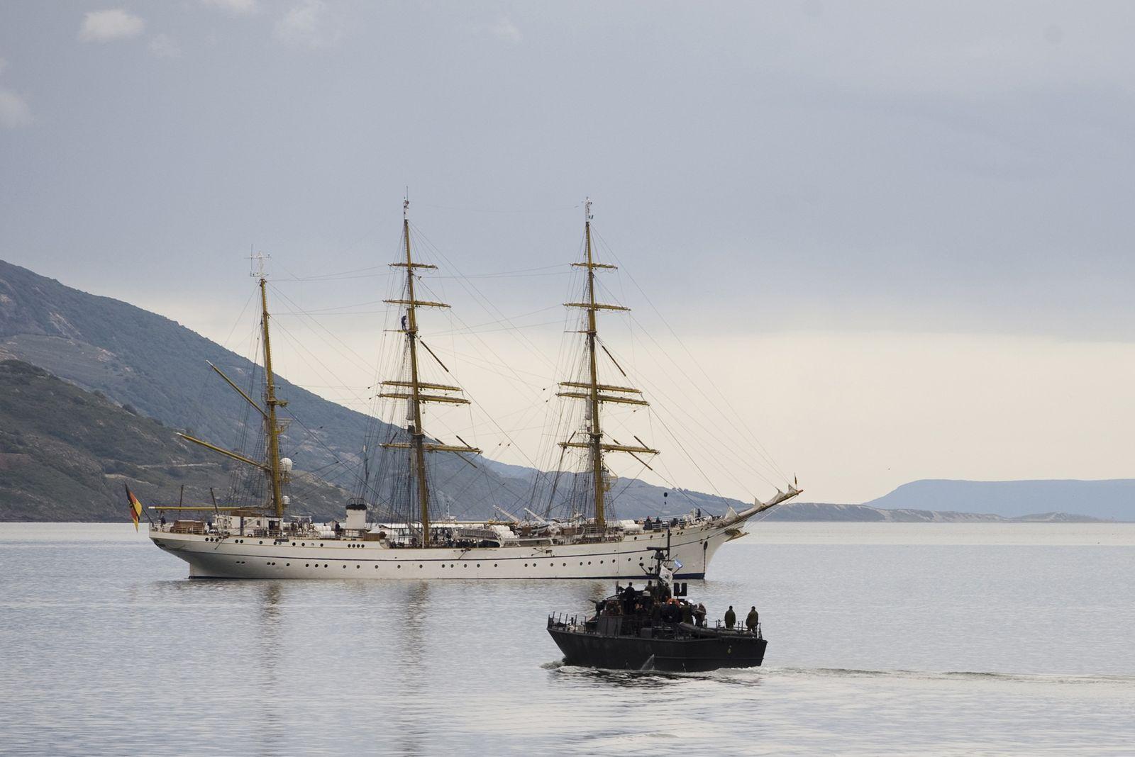 Gorch Fock in Ushuaia mit Ermittlerboot