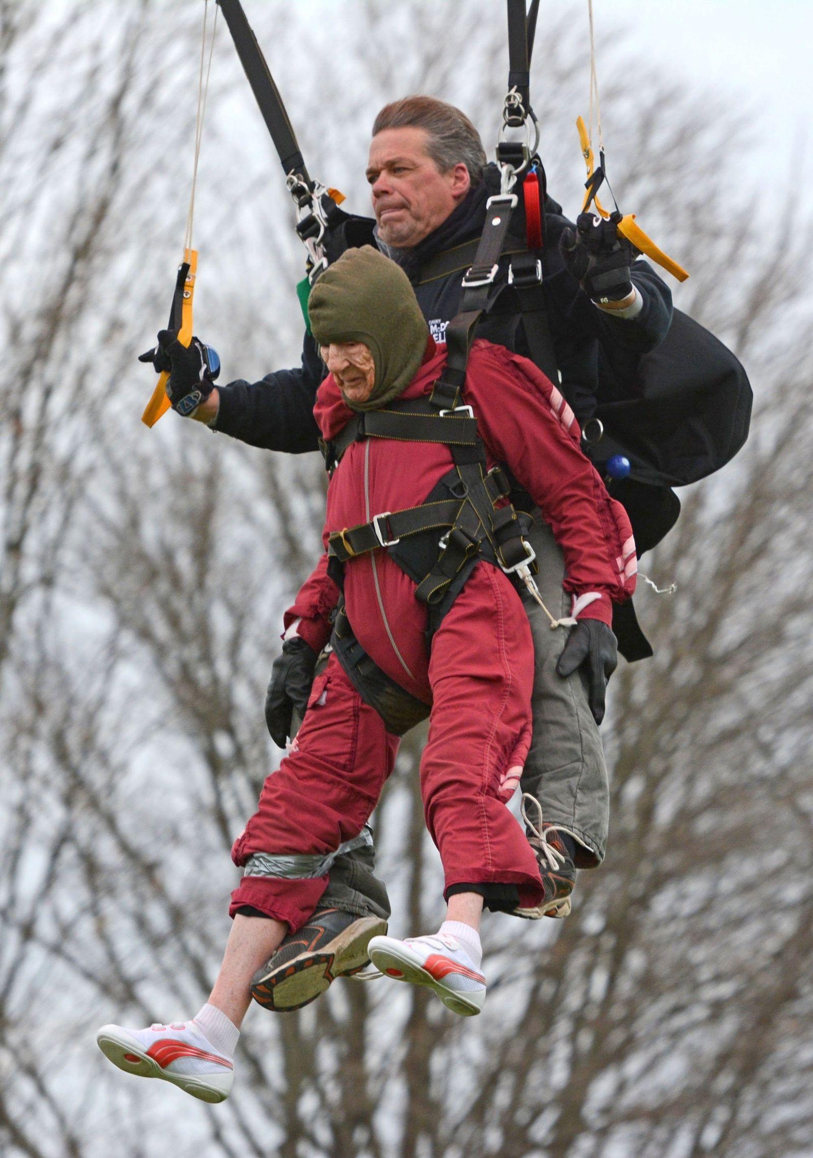 Fallschirmspringerin 100 Jahre