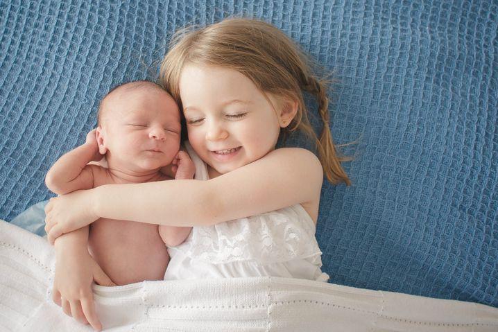 53 Prozent der Neugeborenen in Deutschland haben schon bei der Geburt Geschwister: Immer mehr Babys kommen nicht als Erstgeborenes zur Welt. 410.000 der 770.000 Neugeborenen im Jahr 2020 hatten schon mindestens ein Geschwisterkind.