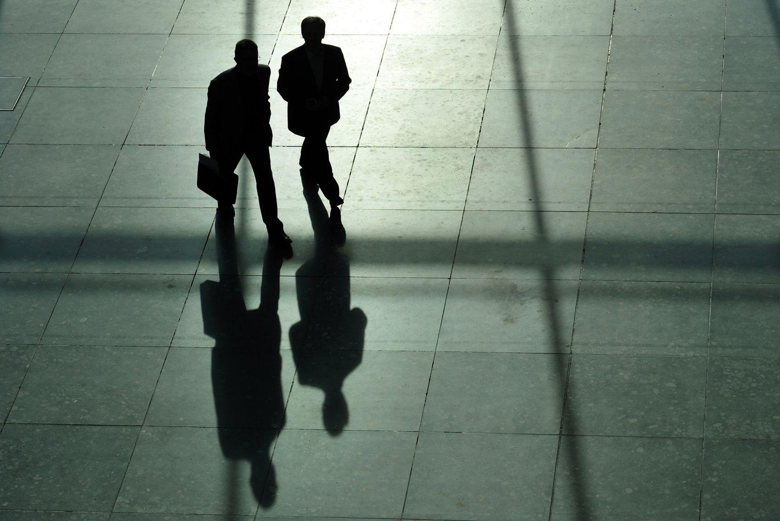 Männer mit Anzug und Aktenkoffer / Manager / chefs / Lobbyismus/ Symbolbild
