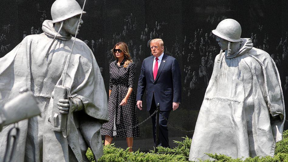 """Melania und Donald Trump bei einer Kranzniederlegung am """"Korean War Veterans Memorial"""" in Washington"""