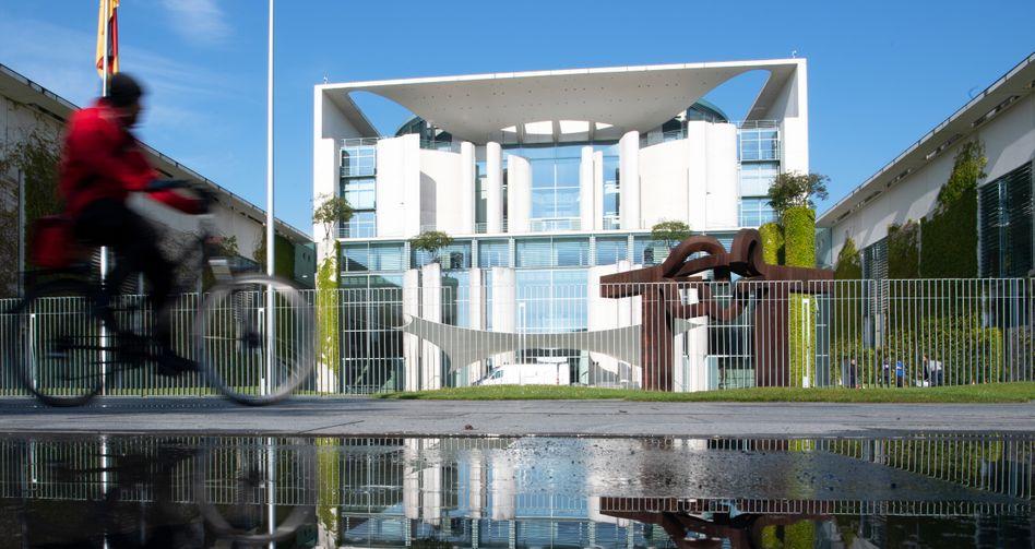Kanzleramt in Berlin: Der Fonds der Bundesregierung wird ein Volumen von rund 500 Milliarden Euro enthalten