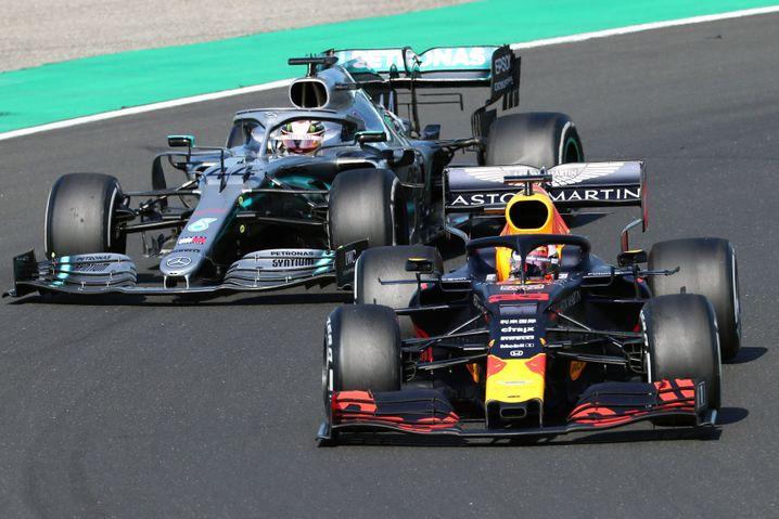Red-Bull-Pilot Max Verstappen (rechts) im Duell mit Lewis Hamilton im Mercedes