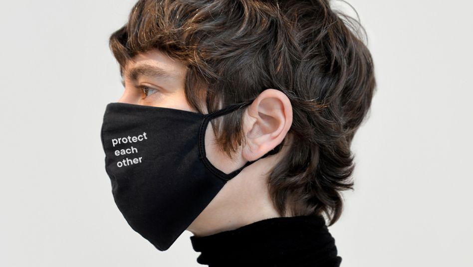 """Fair-Fashion-Branche in der Coronakrise: """"Protect each other"""" (Schützt Euch gegenseitig) steht auf dieser Maske von Armedangels"""