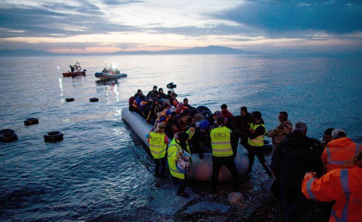 Flüchtlinge kommen im März 2016 in einem Schlauchboot aus der Türkei auf der griechischen Insel Lesbos an.