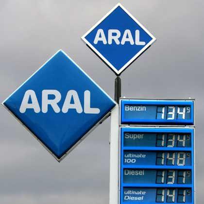 """Aral-Tankstelle in Chemnitz: """"Zwei Drittel der Benzinpreise sind vom Staat gemacht"""", sagt FDP-Chef Westerwelle."""