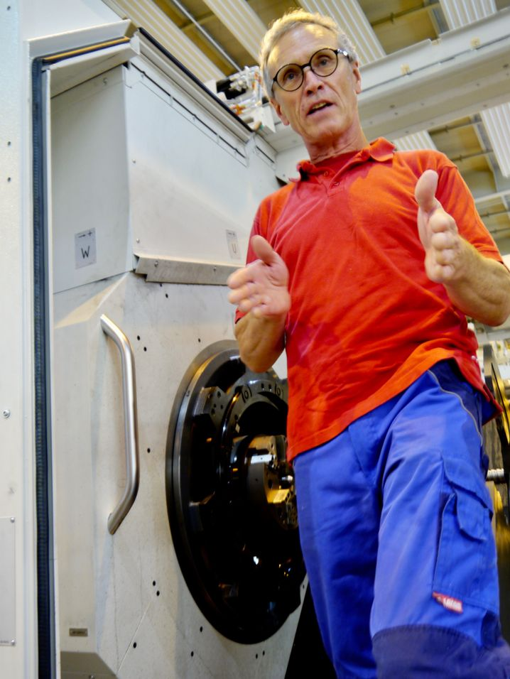 Heller-Mitarbeiter Rolf Mack hat derzeit im Konstruktionsbüro nichts zu tun - fehlende Bestellungen. In der Montage werden noch unter Hochdruck Aufträge abgearbeitet