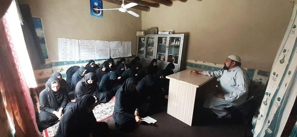 Rund 30 Schülerinnen unterrichtet ur-Rahman in seinem Wohnzimmer