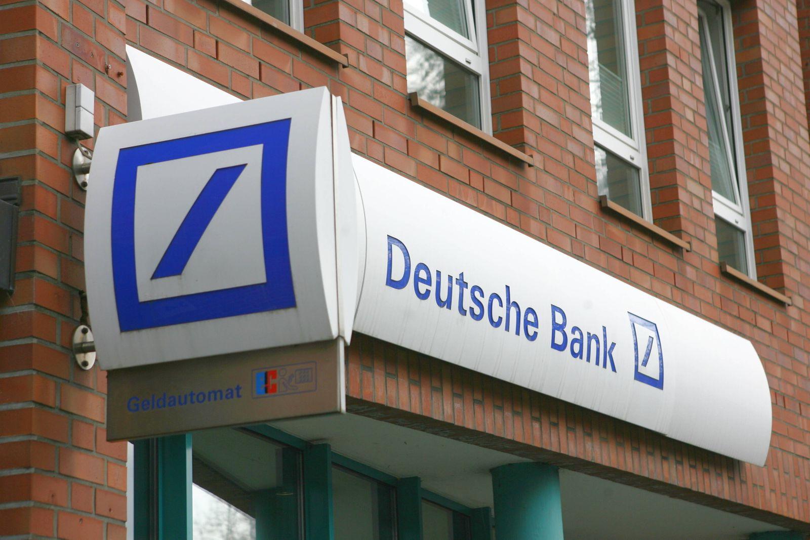 Firmenlogo von der Bank Deutsche Bank ¸ber einer Filiale in Hamburg 09.10.2019 *** Company logo of Bank Deutsche Bank o