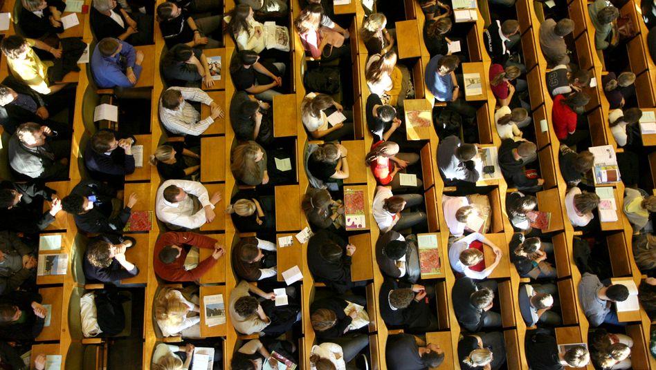 Dürfen ein Semester länger im Hörsaal hocken: Studentinnen und Studenten an der Berliner Humboldt-Universität (vor der Coronakrise fotografiert)