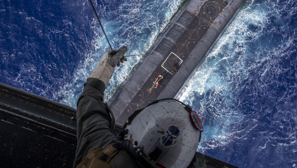 Versorgung eines amerikanischen Atom-U-Boots aus der Luft während einer Übung im Pazifik: Wichtigste Säule der Abschreckung