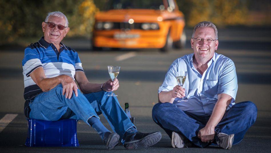 Der BMW 2002ti ist seit mehr als 50 Jahren in Händen der Familie Nitzsche. Heute pflegt ihn Carsten, aber der 88 Jahre alte Onkel Gisbert erbat sich bei der Übergabe eine »gelegentliche Nutzung« des pfeilschnellen Oldtimers.