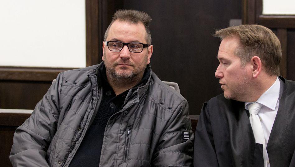 Angeklagter Wilfried W. (l.) und Verteidiger Carsten Ernst (Archivfoto)