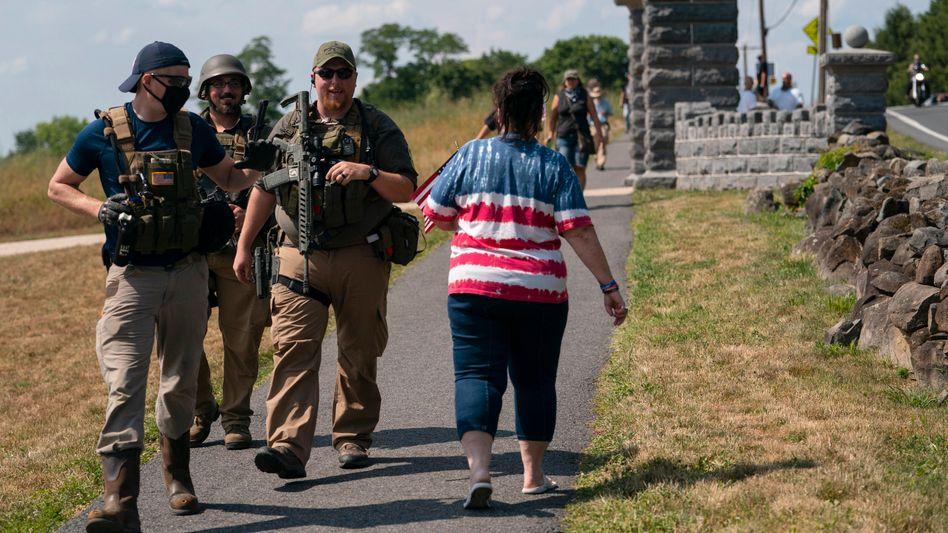 Selbst ernannte Milizen patrouillieren zwischen den Bürgerkriegsdenkmälern von Gettysburg im US-Bundesstaat Pennsylvania
