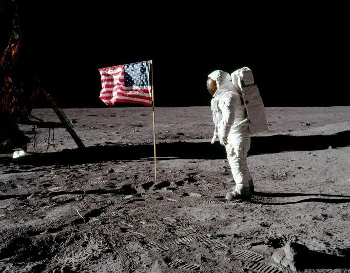 Wurde die Mondlandung in einem Studio gefilmt? Menschen glauben das unter anderem, weil die Fahne flattert, es aber auf dem Mond keinen Wind gibt. Verkürzt erklären Wissenschaftler das so: Die Fahne bewegt sich, weil der Stab sich bewegt hat. Wegen der geringen Schwerkraft schwingt die Fahne langsamer und länger, als sie es auf der Erde täte.