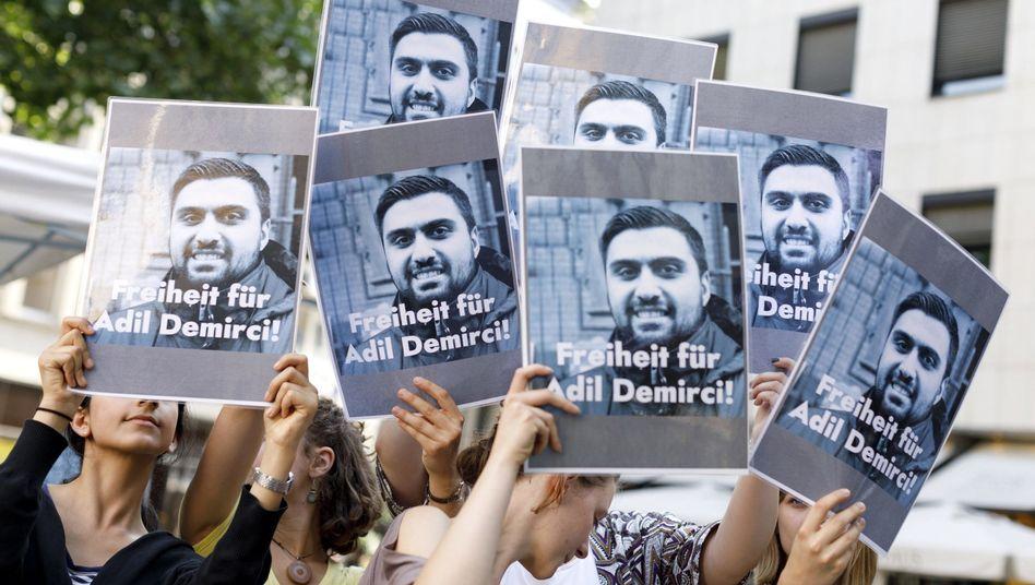 Demonstranten fordern im Juni 2018 die Freilassung von Adil Demirci