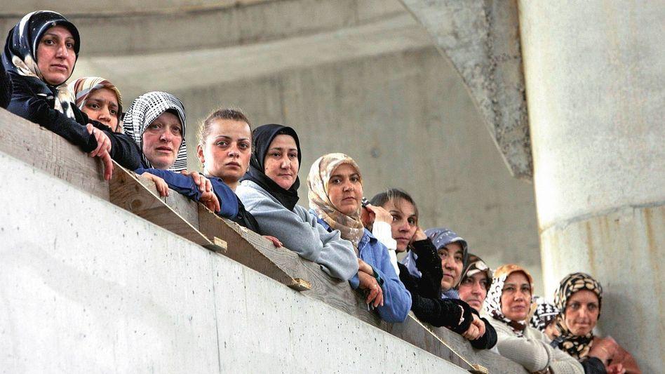 Musliminnen in Moschee-Rohbau in Duisburg