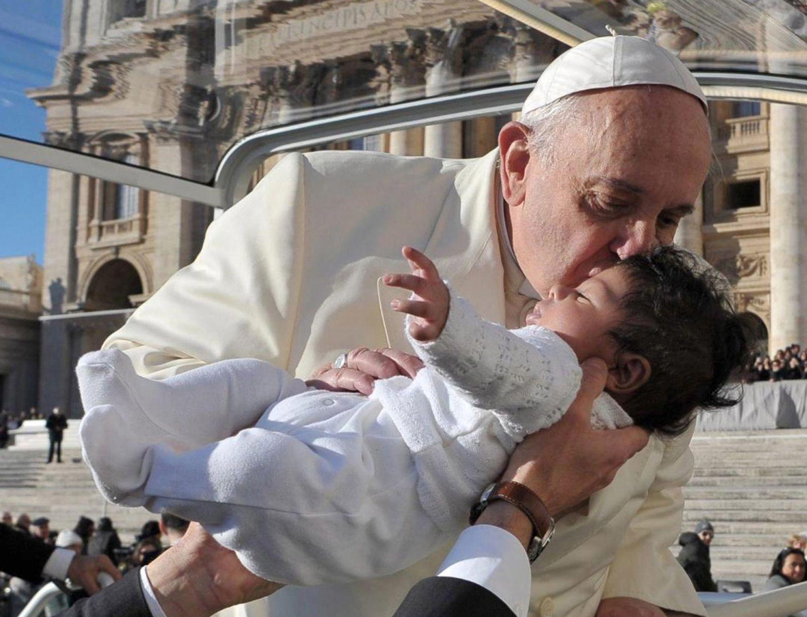 Papst Franziskus küsst Baby