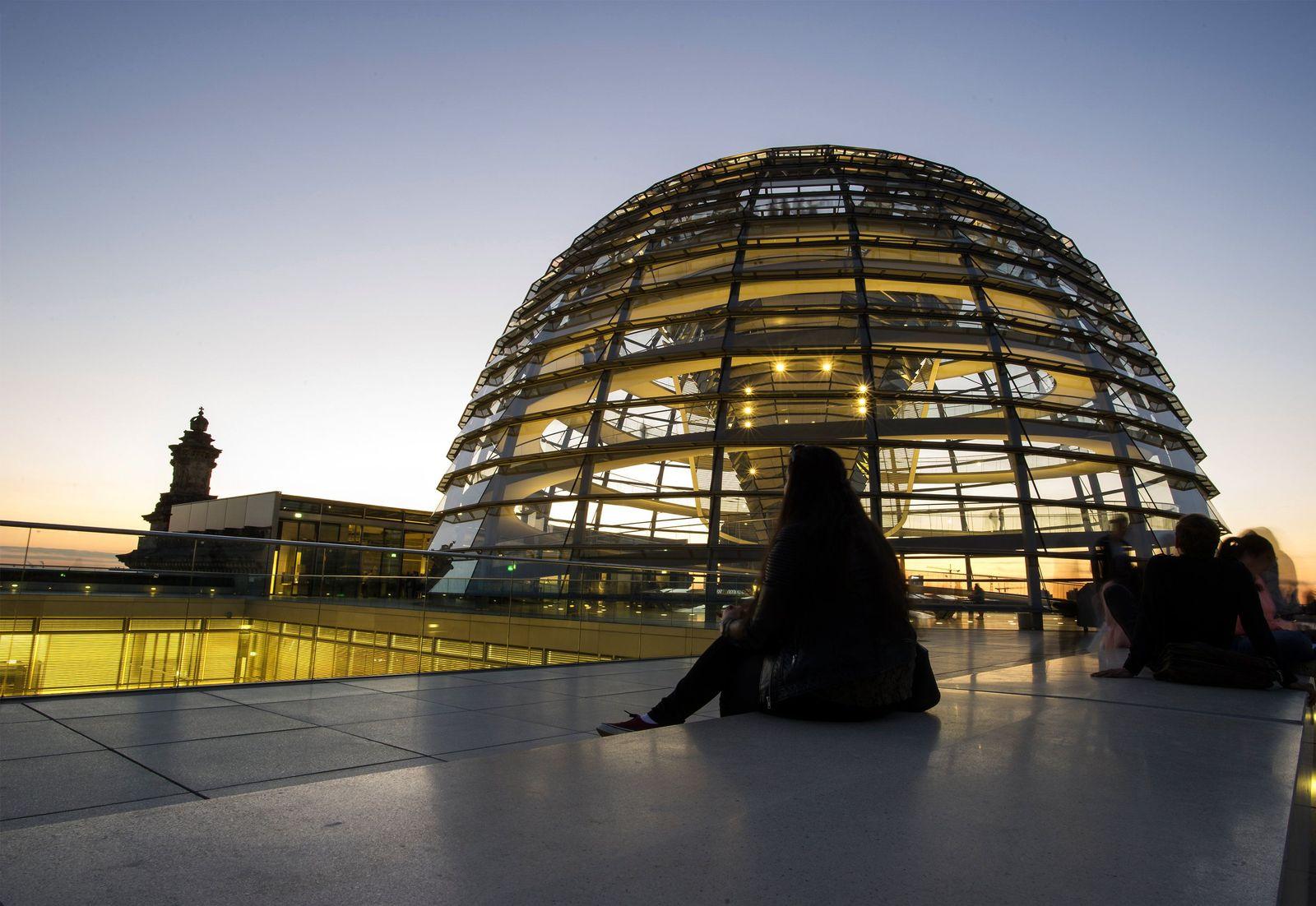 Leuchtende Bundestag-Kuppel